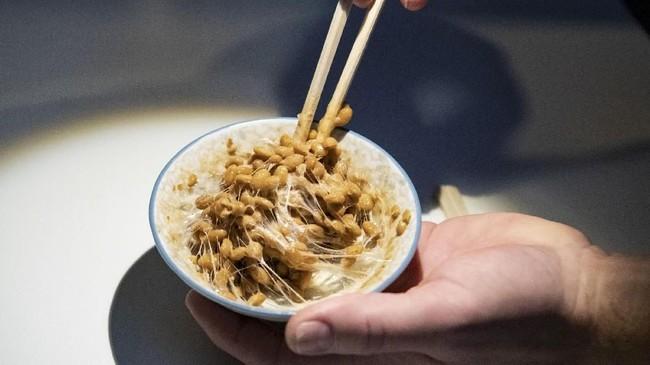 Pengunjung juga bisa melihat makanan yang terbuat dari fermentasi kacang kedelai dan bakteri Bacillus subtilis. Bakteri ini biasa ditemukan di dalam tanah dan saluran pencernaan manusia. (TT News Agency/Johan Nilsson via REUTERS)