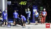 Sukses Pecco Bagnaia dan Luca Marini di Moto2 membuat Valentino Rossi dalam kondisi gembira. Ia melambaikan tangan ke arah penonton usai sesi pemanasan MotoGP Malaysia. (CNN Indonesia/Haryanto Tri Wibowo)