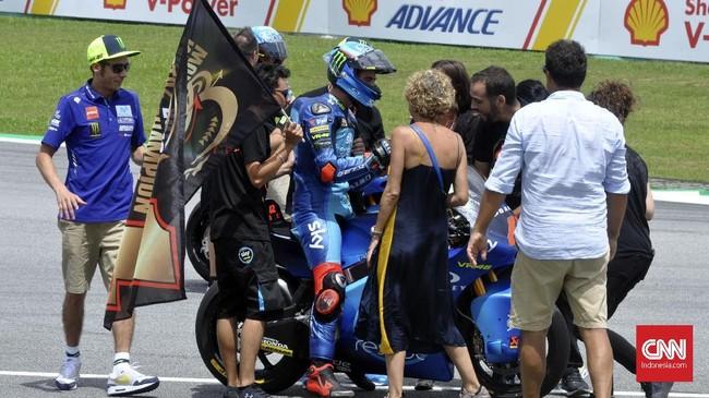 Valentino Rossilarut dalam kebahagiaan merayakangelar juara dunia Moto2 2018 yang diraih pebalap Sky VR46 Racing Team Francesco 'Pecco' Bagnaia. (CNN Indonesia/Haryanto Tri Wibowo)