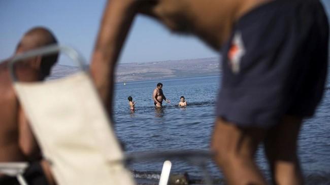 Polusi yang dialami Perairan Galilee membuat tinggi permukaan air di sana menurun. Pada tahun 2004 tercatat permukaan air di sana turun sebanyak enam meter.