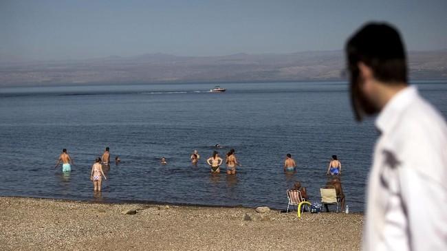 Namun saat ini pesisir Perairan Galilee tak lagi seindah dalam kisah Yesus dalam Injil. Penangkapan ikan dan pembuangan limbah industri membuat danau ini jauh dari kata indah.