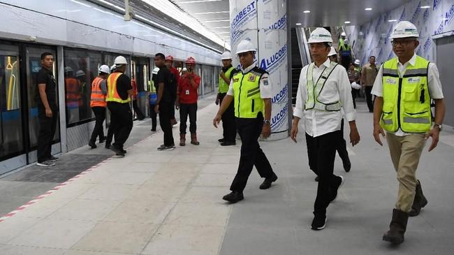 Presiden Joko Widodo pada hari ini, Selasa (6/11) menguji coba langsung MRT dari Stasiun Bandara Hotel Indonesia hingga Stasiun Lebak Bulus.(ANTARA FOTO/Wahyu Putro A)