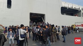 Naik Kapal Perang, Keluarga Korban Lion Air Ikuti Doa Bersama