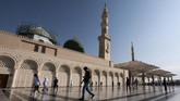 Umat beraktivitas di pelataran Masjid Nabawi. Kota MAdinah tak henti dibanjiri umat muslim dari seluruh penjuru dunia.