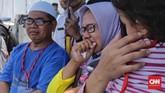 Menyaksikan kelopak-kelopak bunga yang ditaburkan terapung di lautan, sebagian keluarga korban pesawat Lion Air dengan register PK-LQP itu ada yang tak kuasa menahan air mata kesedihan.(CNN Indonesia/Adhi Wicaksono)
