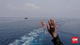 FOTO: Tabur Bunga Keluarga Korban Lion Air di Laut