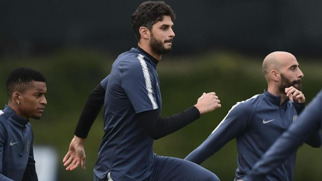 Andrea Ranocchia dan kawan-kawan di lini belakang tengah serius berlatih untuk menghadapi gempuran Barcelona di matchday keempat Liga Champions.(Miguel MEDINA / AFP)