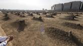 Seorang umat menziarahi makam para sahabat dan syuhada di Komplek Makam Baqi, Madinah.