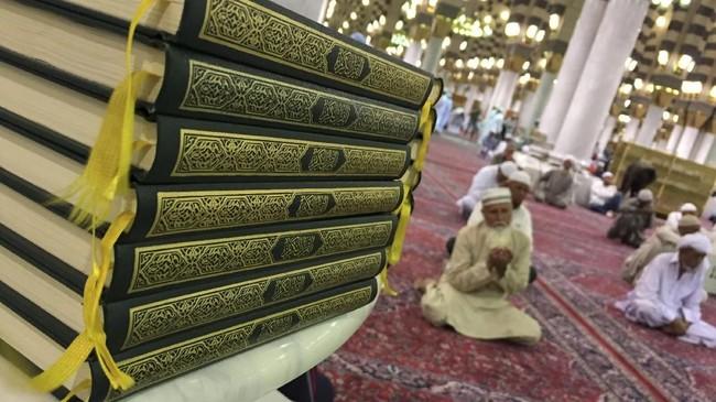 Terdapat empat pintu di tempat ini, pertama adalah pintu at-Taubah di kiblatnya, pintu ar-Raudhah di barat, pintu Fathimah di timur, dan pintu Tahajud di utara.