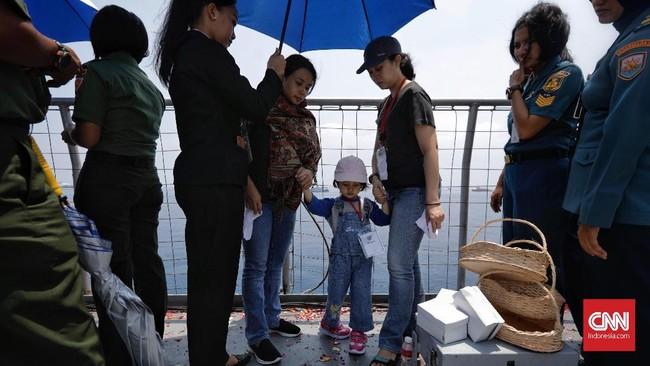 Keluarga korban penumpang Lion Air PK-LQP berdoa bersama dan tabur bunga dari atas KRI Banda Aceh di lokasi jatuhnya pesawat di perairan Tanjung Karawang, Jawa Barat, 6 November 2018. Manifes penerbangan menyatakan di pesawat itu ada 181 penumpang (1 bayi, dua anak) dan delapan awak. (CNN Indonesia/Adhi Wicaksono)