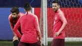 Lionel Messi sudah ikut dalam tim yang berangkat ke kota Milan. Namun kemungkinan 'Messiah' tampil masih kecil. (REUTERS/Stefano Rellandini)