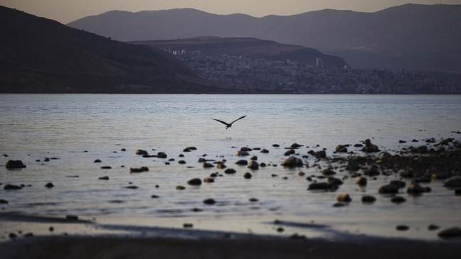 Sekitar 2.000 tahun yang lalu, Yesus melintasi Perairan Galilee. Kisah tersebut tercatat dalam kisah Injil, sehingga danau di Degania Dam, Israel, ini populer menjadi objek wisata religi.