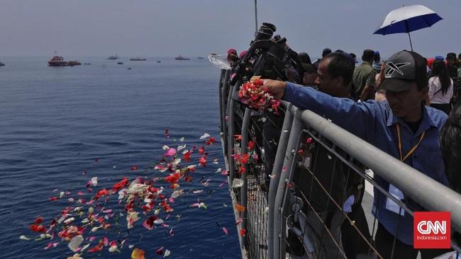 Prosesi tabur bunga itu dilakukan sehari sebelum proses pencarian tim SAR Gabungan ditutup. Sebelumnya, Kabasarnas M Syaugi menyatakan proses pencarian mendapatkan perpanjangan tiga hari dimulai Senin (5/11).(CNN Indonesia/Adhi Wicaksono)