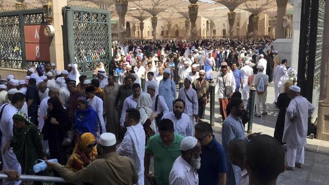 Umat berjalan keluar dari areal Masjid Nabawi.