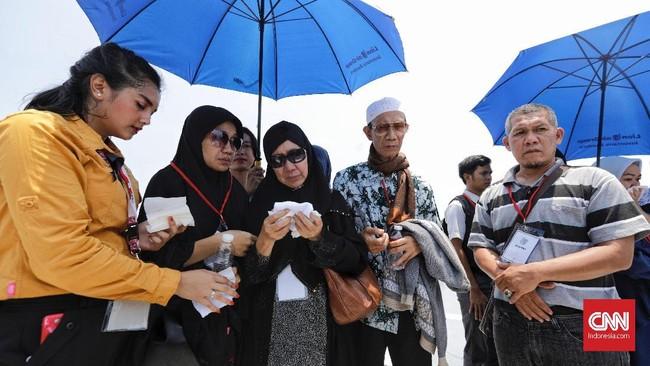 Selain melakukan doa bersama, para keluarga korban pesawat Lion Air rute Jakarta-Pangkalpinang pun melakukan tabur bunga ke lautan.(CNN Indonesia/Adhi Wicaksono)