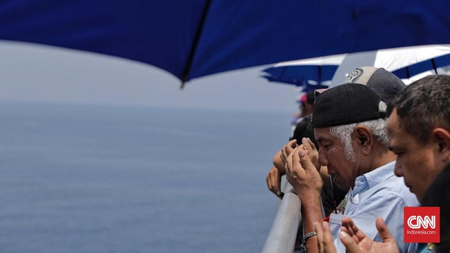 Di atas titik penemuan puing-puing pesawat di dasar laut, keluarga korban penumpang pesawat Lion Air dengan register PK-LQP, melakukan doa bersama.(CNN Indonesia/Adhi Wicaksono)