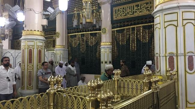 Pintu Raudhah di Masjid Nabawi. Disunnahkan untuk shalat di Raudhah, baik shalat fardhu ataupun shalat sunnah.