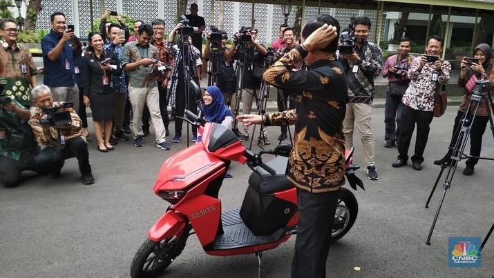 Presiden Joko Widodo mencoba motor listrik buatan dalam negeri.