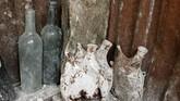 Botol-botol minuman alkohol milik prajurit yang masih berada pada tempatnya terakhir ditinggalkan. (REUTERS/Charles Platiau)