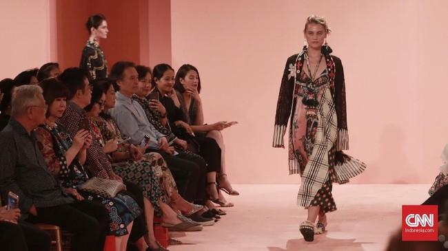 Dari motif, Biyan memadukan unsur tradisional dengan motif Buketan khas pesisir Jawa serta lurik. Dia juga menggunakan motif permadani khas Timur Tengah. (CNN Indonesia/Andry Novelino)