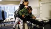 Para warga yang merindukan perubahan di AS pun berbondong-bondong ke tempat pemungutan suara sebelum ditutup pada pukul 21.00 waktu setempat. (Reuters/Leah Millis)