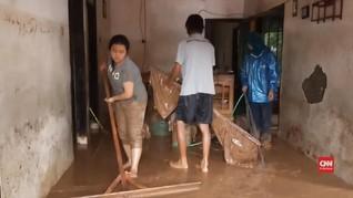 VIDEO: Warga Tasikmalaya Bersihkan Lumpur Pascabanjir