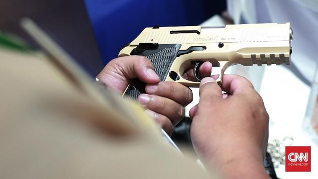 Senjata laras pendek buatan Indonesia Pindad kaliber 9mm yang menjadi salah satu unggulan senjata buatan dalam negeri. (CNN Indonesia/Andry Novelino)