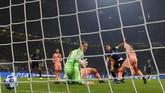 Kegembiraan Barcelona tak bertahan lama karena Mauro Icardi mampu menyamakan kedudukan di menit ke-87. (REUTERS/Stefano Rellandini)