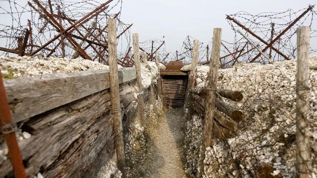 Berada di Prancis, lokasi Perang Dunia (PD) I, La Main de Massiges, kini dibuka sebagai jalur pendakian wisata. (REUTERS/Charles Platiau)