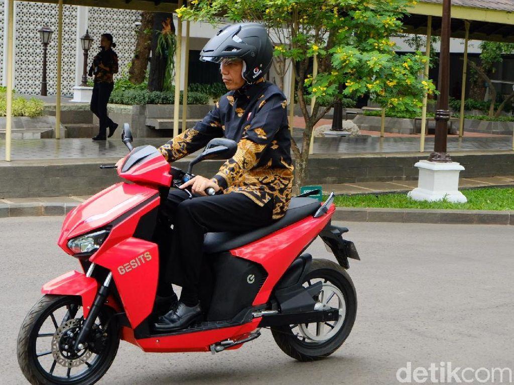 Jokowi beberapa hari lalu juga menjajal langsung motor listrik Gesits di lingkungan Istana Negara. Foto: Andhika-detikcom