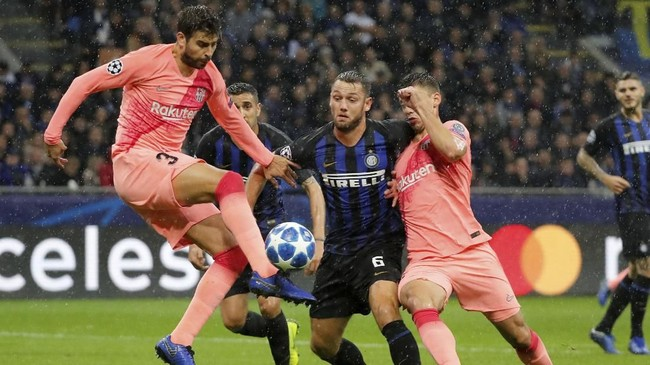Babak pertama duel Inter Milan lawan Barcelona berakhir dengan skor 0-0. (REUTERS/Stefano Rellandini)
