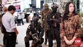 Kostum taktis TNI dan Polri juga menjadi daya tarik tersendiri untuk pengunjung. CNN Indonesia/Andry Novelino