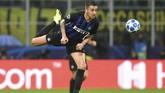 Meski mendapatkan dukungan penuh dari penonton, Inter Milan kesulitan melakukan tekanan ke pertahanan Barcelona. (REUTERS/Daniele Mascolo)