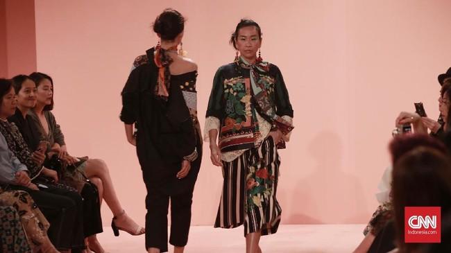 Beragam siluet hadir dengan potongan longgar mulai dari robe, oversized shirt, celana lebar, hingga pleated skirt. (CNN Indonesia/Andry Novelino)