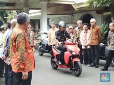 Gaya Jokowi Tunggangi Motor Listrik Buatan RI 100%!