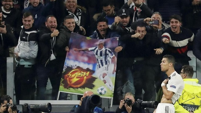 Juventus akhirnya memecah kebuntuan di menit ke-65. Tendangan voli Cristiano Ronaldo tak mampu dibendung oleh David De Gea. (REUTERS/Stefano Rellandini)