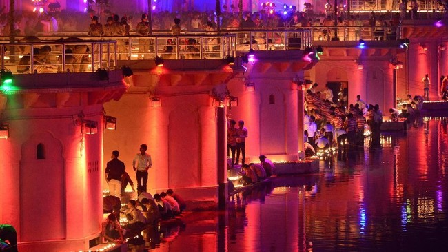 Diwali, atau Festival Cahaya,juga sebagai peringatan ketika Dewa Rama memenangkan pertempuran melawan Ravana dan kembali ke negara asal, Ayodhya.(Photo by SANJAY KANOJIA / AFP)