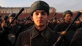 Ribuan pasukan Rusia mengenakan seragam pasukan Uni Soviet saat Perang Dunia II melakukan parade peringatan kemenangan atas Nazi Jerman di Lapangan Merah, Moskow. (REUTERS/Maxim Shemetov)