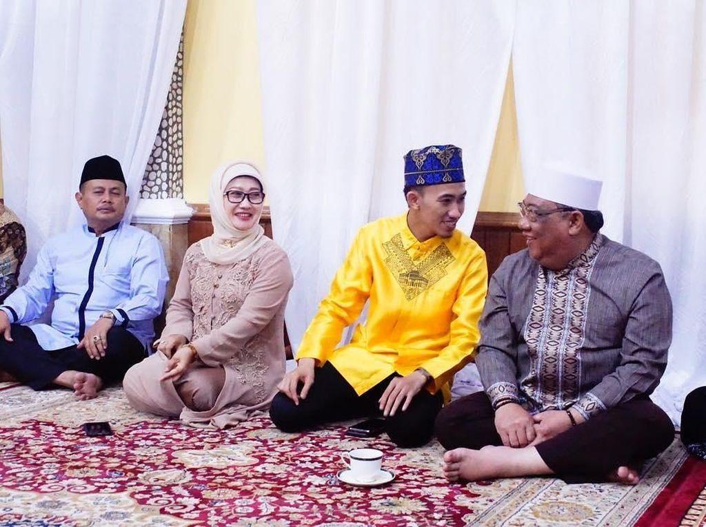 Anna Sophanah lahir di Indramayu pada 23 Oktober 1958. Ia terpilih menggantikan posisi sang suami, Irianto Mahfudz Sidik menjadi Bupati Indramayu saat pilkada 2010. Foto: Instagram syam_elmarusy