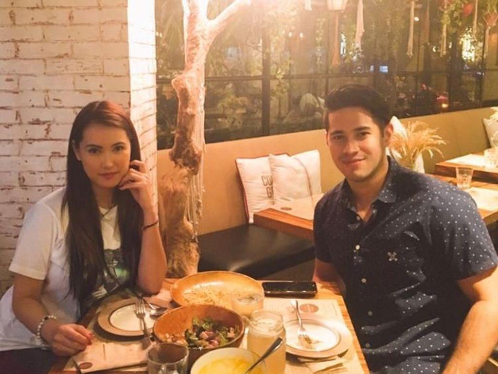 Meski harus menjalani hubungan jarak jauh bersama sang kekasih, tapi Miyabi selalu menyempatkan diri berkunjung ke Manila untuk bertemu dengan kekasihnya. Ini potret mereka saat makan malam berdua. Foto: Instagram @maria.ozawa