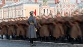Parade militer itu dipertahankan oleh Uni Soviet dan Rusia untuk mengingat kedigdayaan angkatan bersenjata mereka saat PD II. (REUTERS/Shamil Zhumatov)