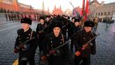 Angkatan Bersenjata Rusia juga memamerkan alutsista lawas yang dipakai menghadapi pasukan Nazi Jerman pada PD II dalam parade. (REUTERS/Maxim Shemetov)