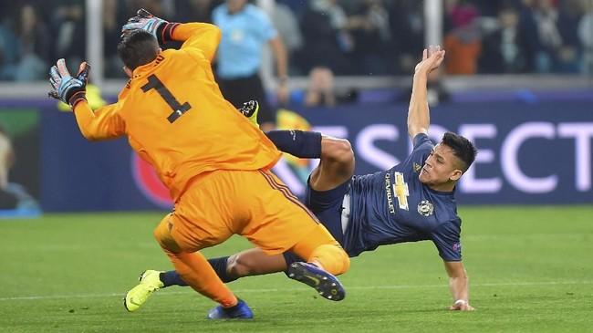 Babak pertama duel Juventus lawan Manchester United berakhir tanpa gol. Alexis Sanchez gagal memanfaatkan umpan terobosan. (REUTERS/Massimo Pinca)