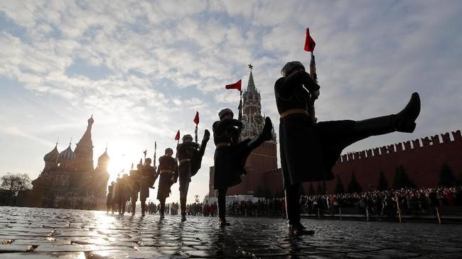 Pada masa Uni Soviet, setiap 7 November selalu diperingati sebagai hari Revolusi Bolshevik 1917. Namun, pada 2005 perayaan itu dihapus. (REUTERS/Maxim Shemetov)