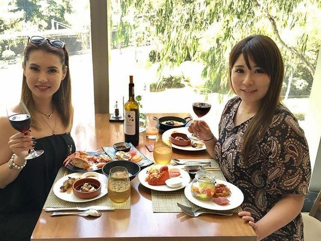 Masih berada di Manila, Miyabi terlihat asyik makan siang dengan aneka lobster, dan segelas wine. Foto: Instagram @maria.ozawa