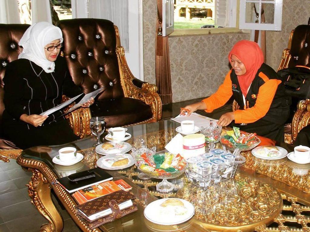 Alhamdulillah.. hari ini bisa menerima petugas Sensus Ekonomi 2016, tulis Anna. Ia menerima petugas seraya menyajikan secangkir teh dengan jajanan pasar sebagai menu pendamping. Foto: Instagram annasophanah