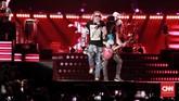 Band legendaris Guns N Roses kembali ke Jakarta pada Kamis (8/11), kali ini mereka bermain di Stadion Utama Gelora Bung Karno. (CNN Indonesia/Andry Novelino)
