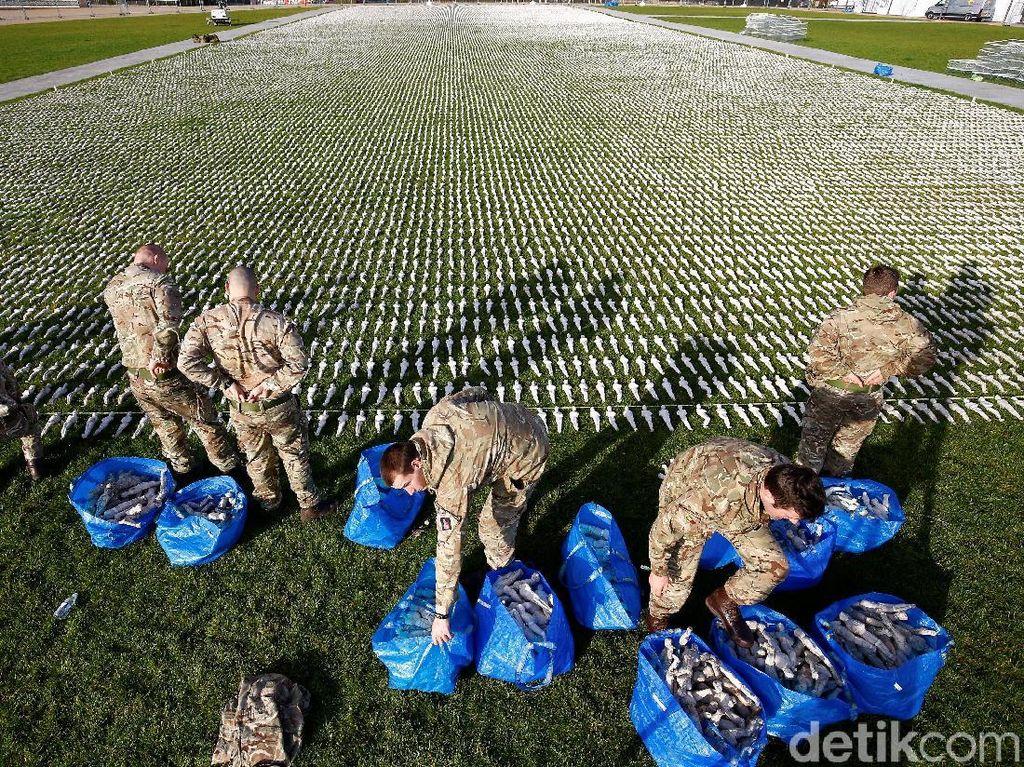 Para tentara ini menyusun patung-patung yang terbungkus kain kafan tersebut sedemikian rupa. REUTERS/Henry Nicholls.