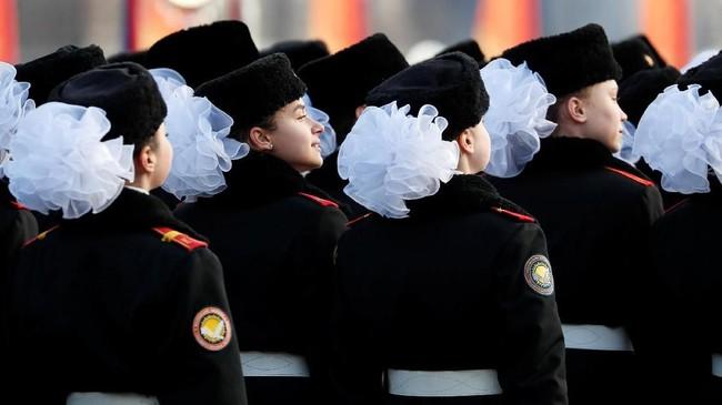 Parade militer itu melibatkan 5 ribu pasukan dan juga sejumlah persenjataan lawas Uni Soviet era PD II. (REUTERS/Shamil Zhumatov)