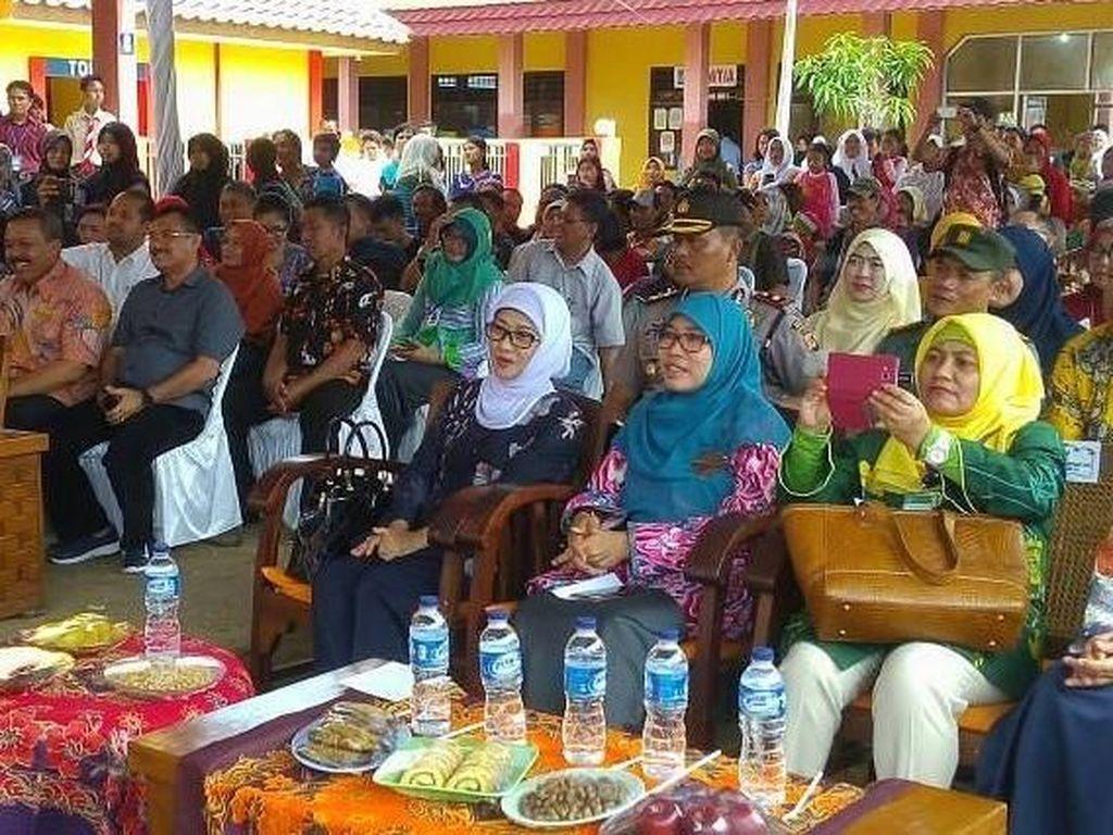 Begini gaya wanita yang kini berusia 60 tahun saat datang dalam acara Marine Food Festival dan Job Fair di SMK Hasanudin Kandanghaur. Tentunya akan ada banyak olahan seafood di sana. Foto: Instagram annasophanah